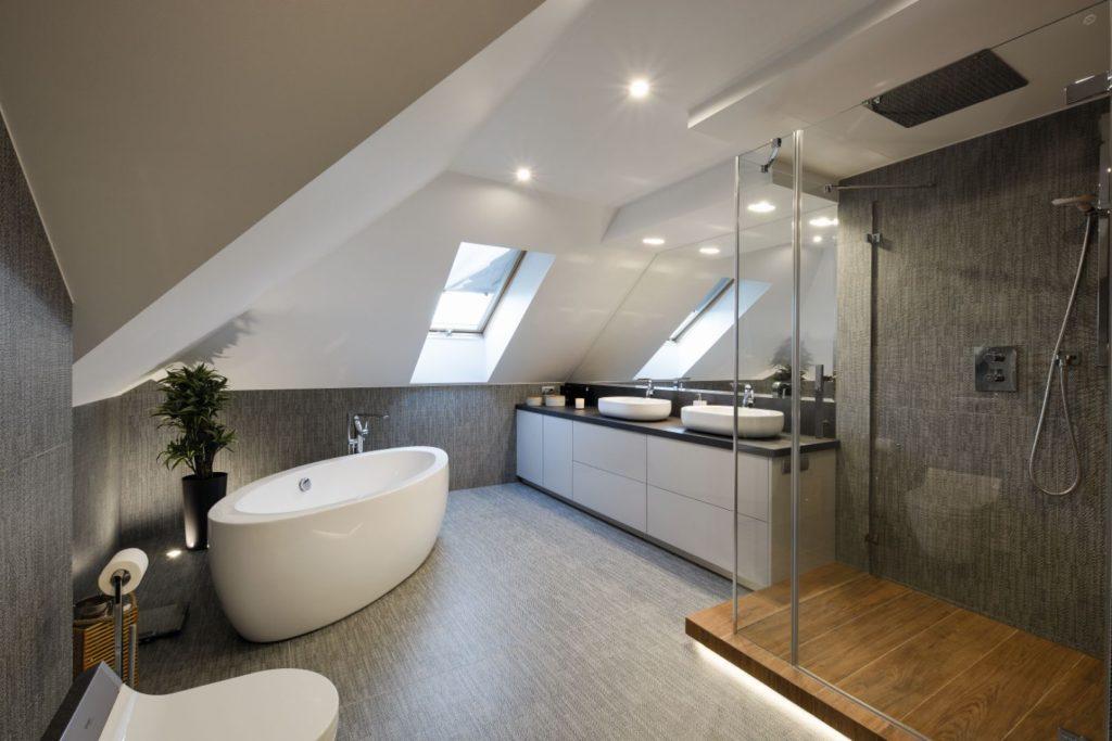 ванна в большой ванной комнате