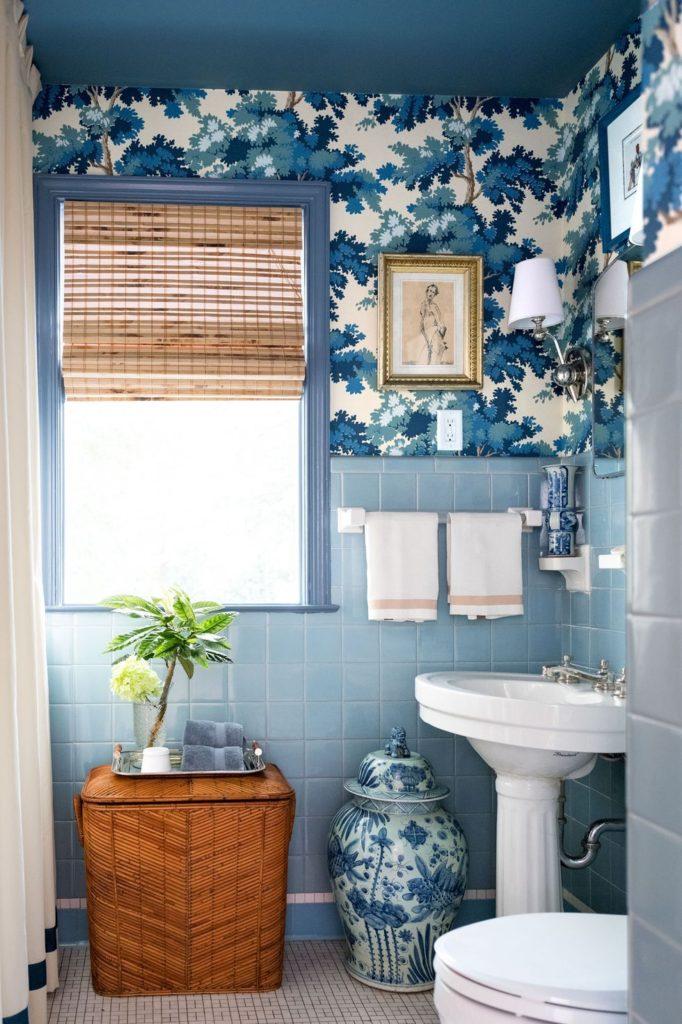 маленькая голубая ванная комната