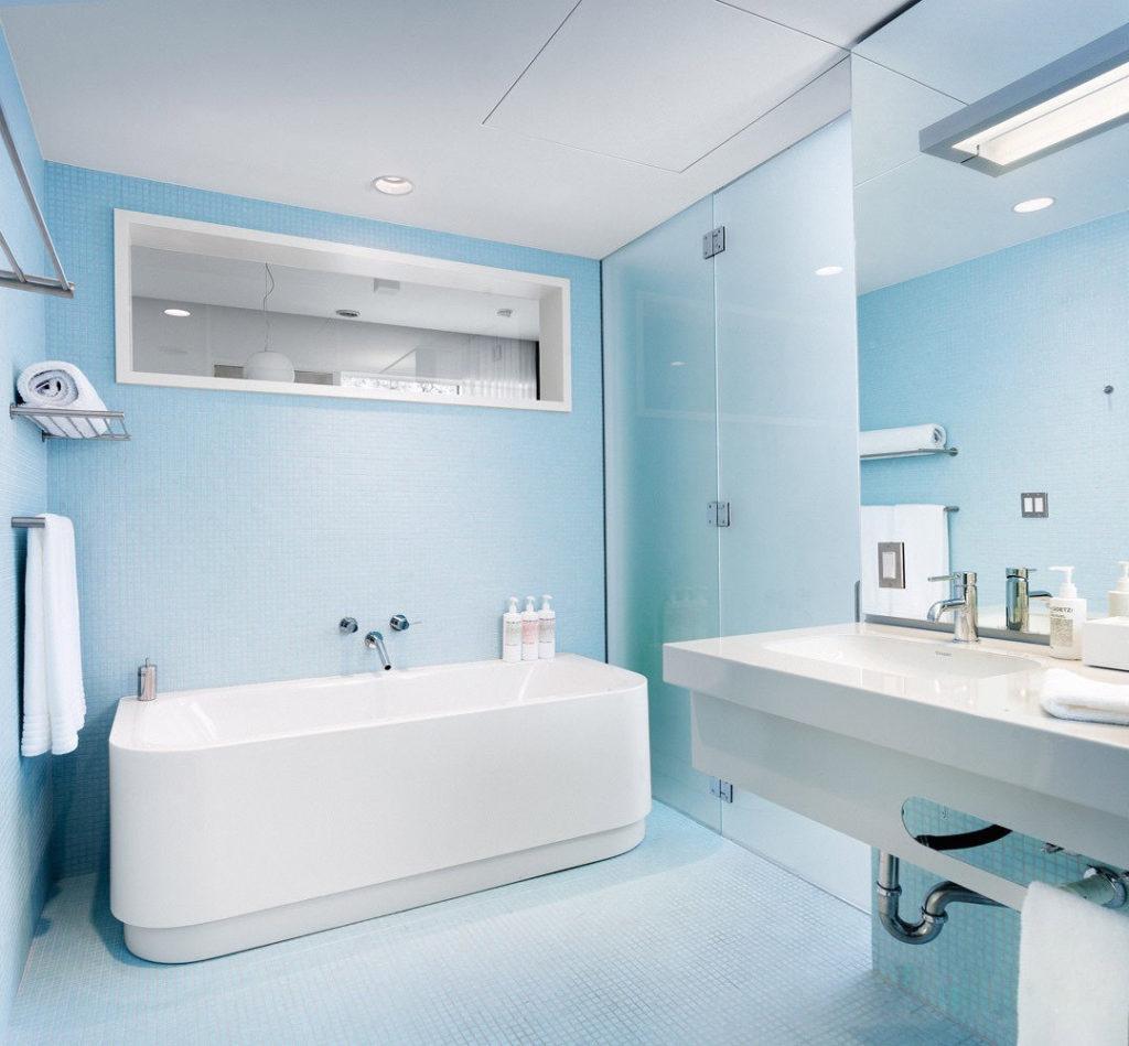 светло голубая ванная