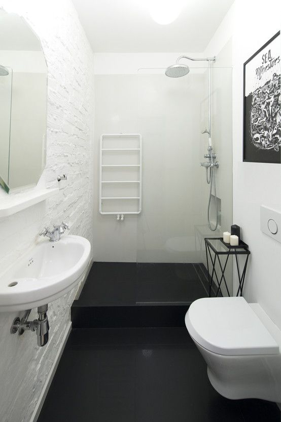 маленькая белая ванная комната