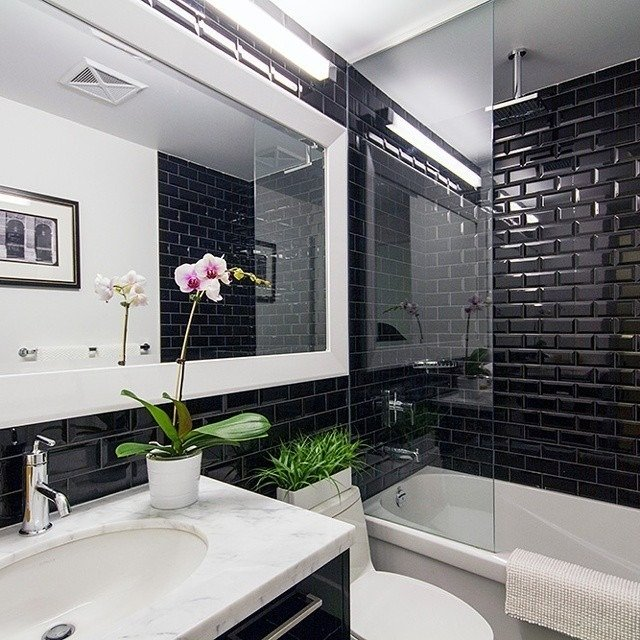 маленькая черная ванная комната