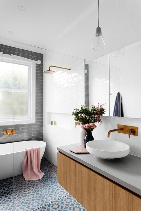 оформление окна в ванной