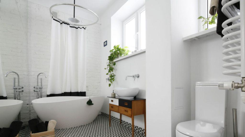 планировка ванной с окном
