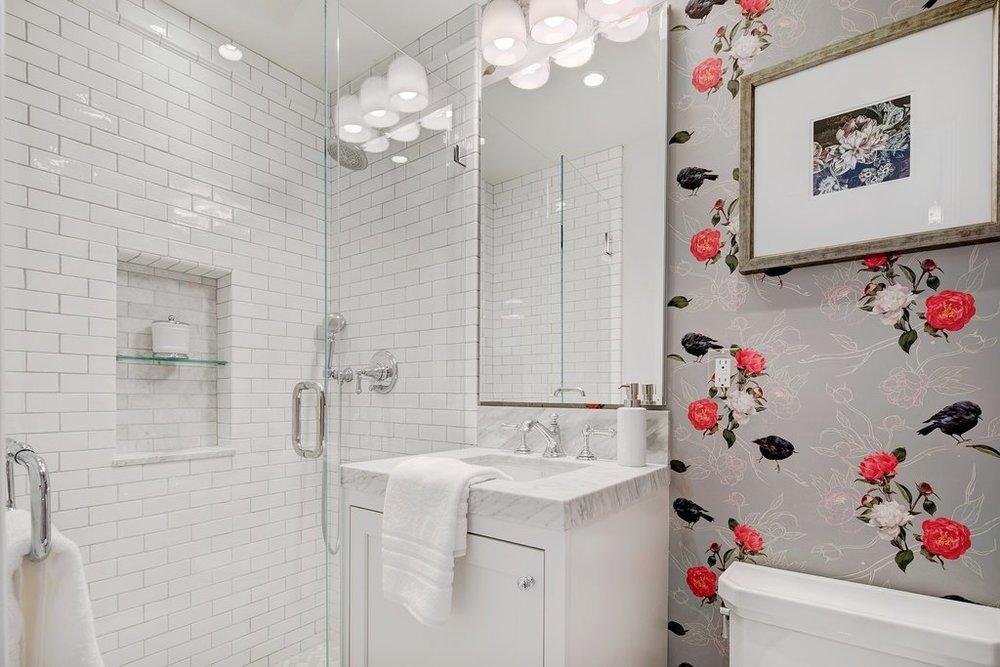 дизайн ванной с обоями