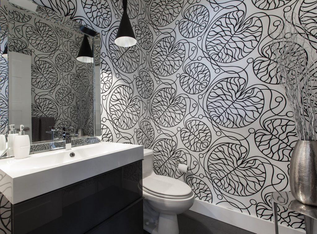 поклейка стен ванной обоями