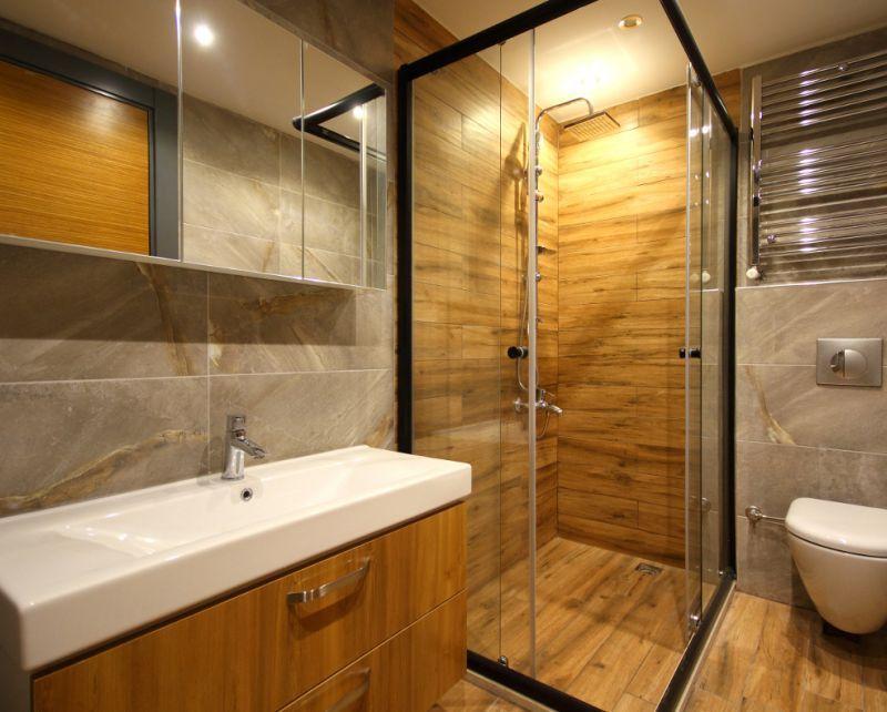 совмещенная ванная комната с душевой кабиной