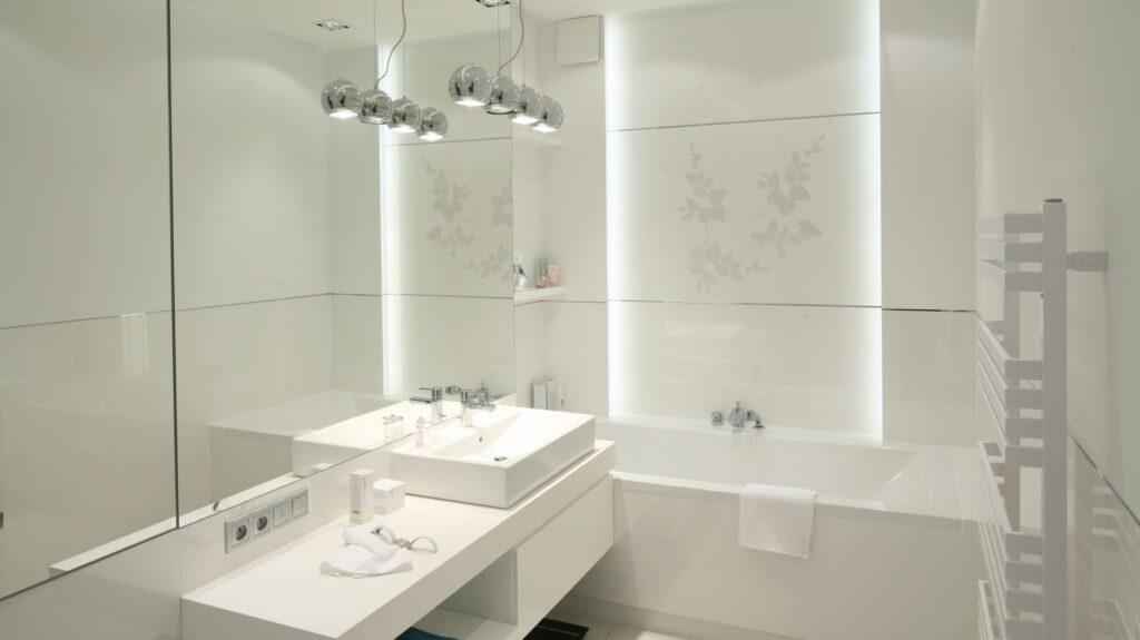 маленькая белая ванная