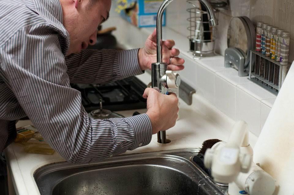 бежит кран в ванной как починить