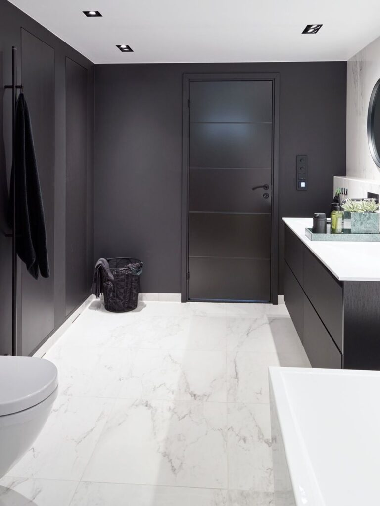 ванная в черно белом цвете