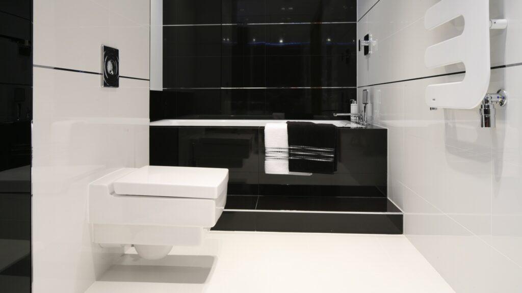 ванная черный пол белые стены