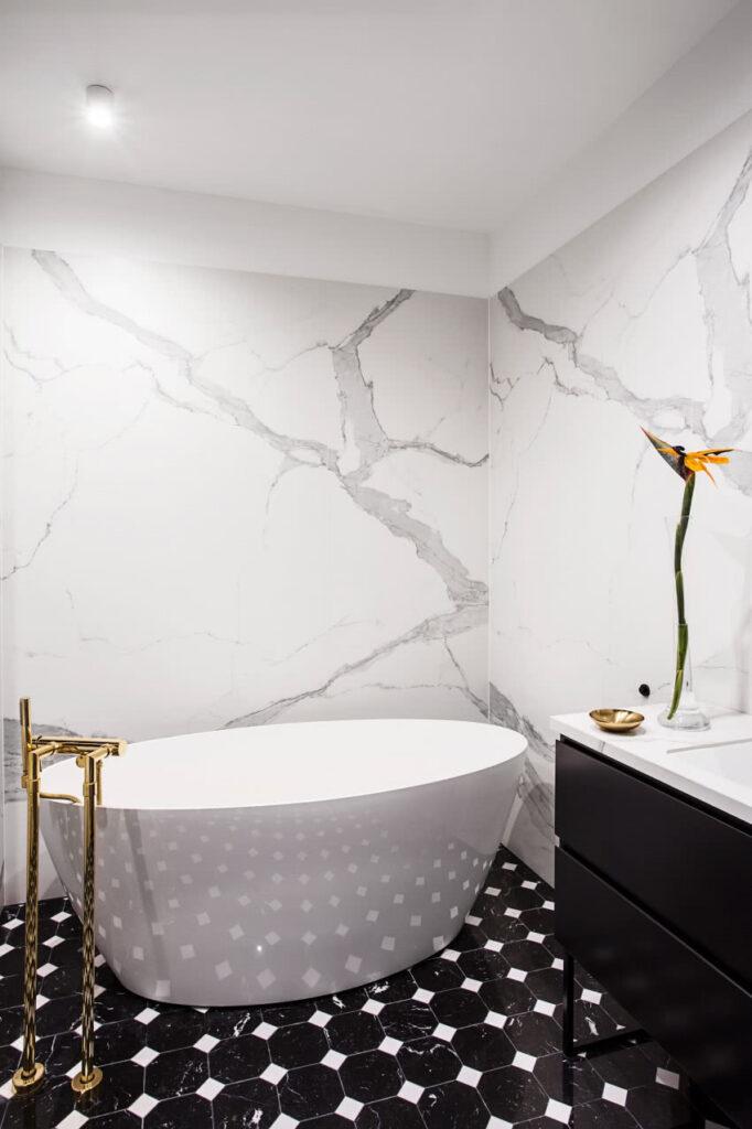 черно белый декор ванной