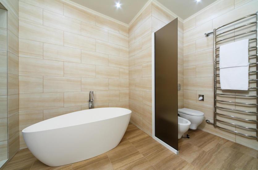 белая ванная коричневой плиткой