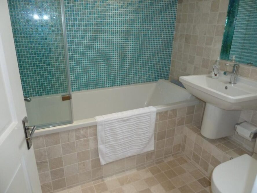 бело бирюзовая ванная